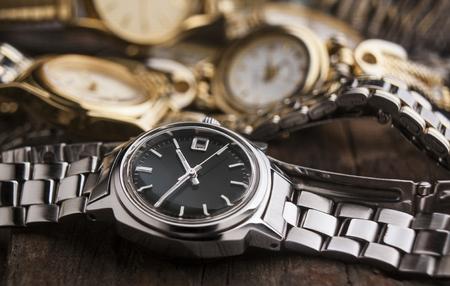 여자 나무 테이블에 시계