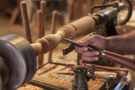 worker turning wood on a lathe Banque d'images
