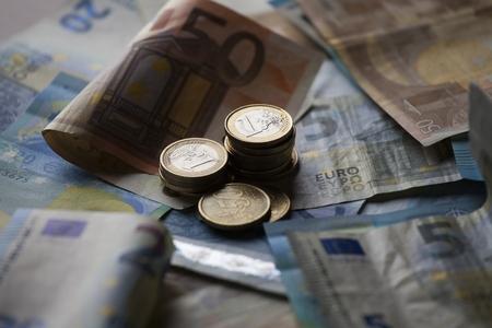 billets euro: billets de banque et pièces en euros d'argent