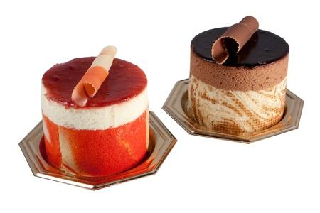 上品なチョコレート菓子ムース フルーツ菓子製の白い背景で隔離パッション フルーツ