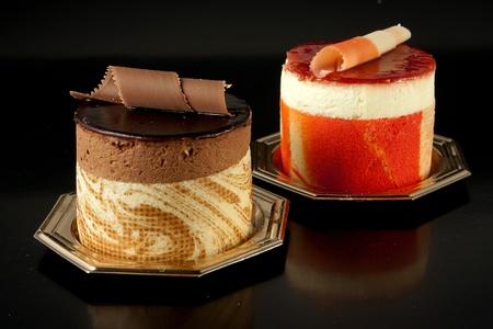上品なチョコレート菓子ムース フルーツ菓子製の黒の背景上に分離されてパッション フルーツ 写真素材