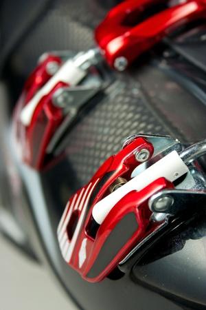 赤いスキーブーツ バインディングのクローズ アップ 写真素材
