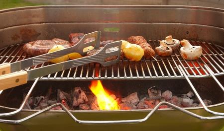 Tastetful 庭の外のバーベキューの肉を調理します。