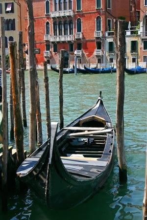 ロマンチックなヴェネツィアの小さな運河にゴンドラ