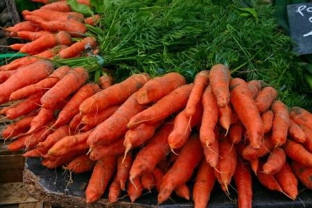 cebolla roja: Zanahorias frescas en el mercado local