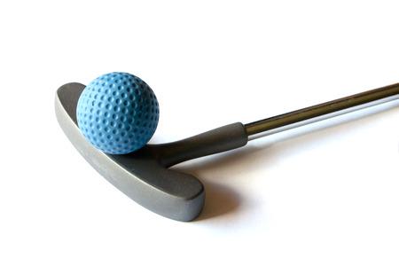 分離の背景に青の色のボールとミニ ゴルフ スティック
