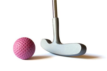 孤立した背景に赤い色のボールとミニ ゴルフ スティック