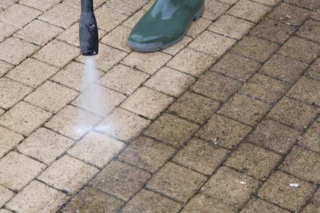 Pulizia del pavimento all'aperto con getto d'acqua ad alta pressione Archivio Fotografico - 29305948