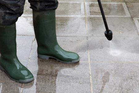 suelos: La limpieza del suelo al aire libre con chorros de agua a alta presi�n