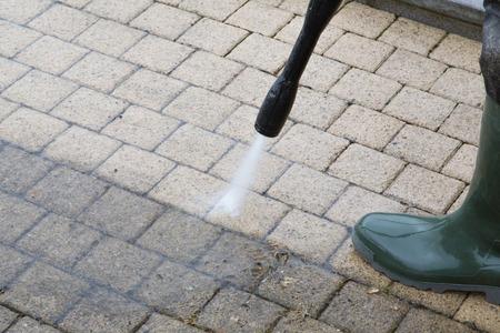 machine � laver: Nettoyer le sol en plein air avec jet d'eau � haute pression