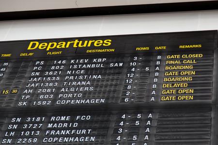 Luchthaven vertrek bord in terminal met vluchtinformatie