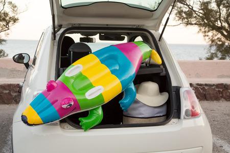 tronco: El maletero del coche lleno de accesorios de playa