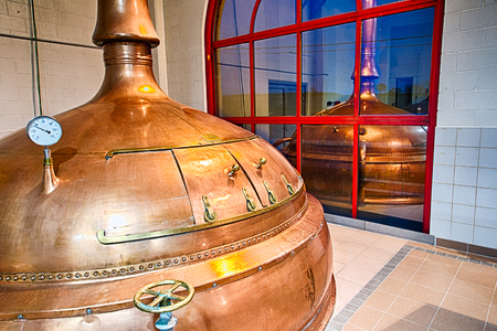 destilacion: tanques destilería de cobre tradicionales en una fábrica de cerveza