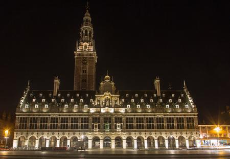 De universitaire bibliotheek op het Ladeuze-vierkant bij nacht, Leuven, België