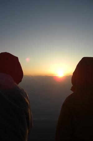 雲の上の高山の日の出見物人