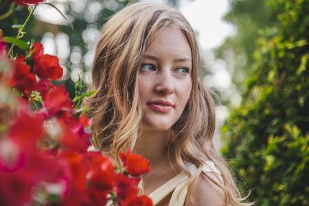 vestidos de epoca: beautiful younge girl in a garden Foto de archivo