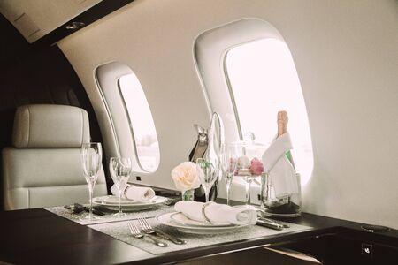 Interior moderno y cómodo de aviones de negocios con decoración Foto de archivo
