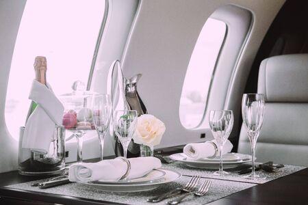 Modern en comfortabel interieur van zakenvliegtuigen met decor