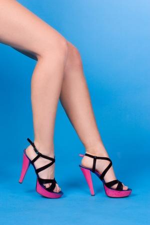 sexy füsse: Beine einer Frau mit rosa Sandalen