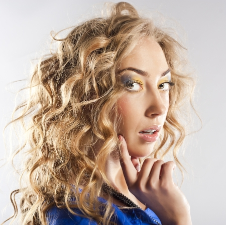Curly blonde with bright makeup Standard-Bild