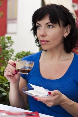 donna che beve il caff�: Donna felice bere caff� Archivio Fotografico