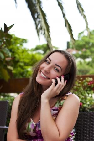 conversa: Beautiful sonriente ni�a habla en el exterior de telefon�a celular