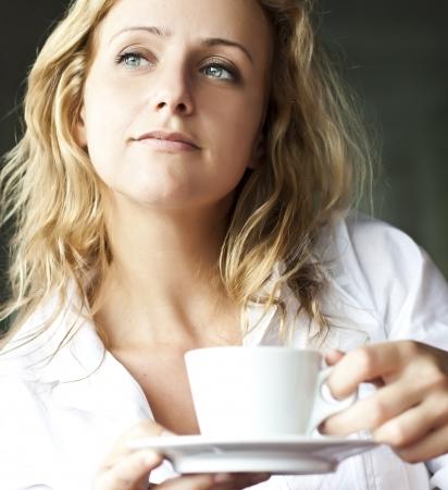 mujer tomando cafe: Retrato de mujer hermosa, café sentado en un café al aire libre, beber