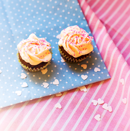 cute cupcakes on a polka dot tablecloth Standard-Bild
