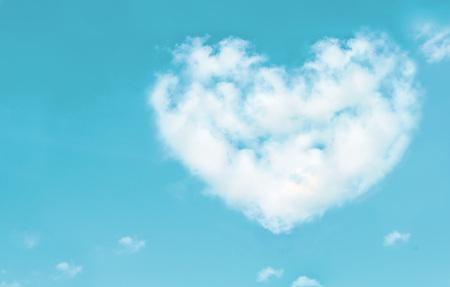 atmosfera: Hermosas nubes en forma de corazón en el cielo azul. Me encanta el concepto de naturaleza. Estilo vintage. Foto de archivo