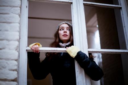 paranoia: Donna, guardando attraverso la finestra e temendo di qualcosa