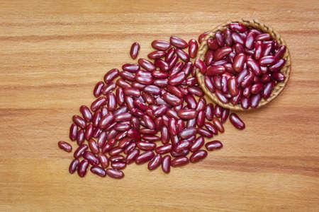 frijoles rojos: frijoles rojos en los fondos de madera.