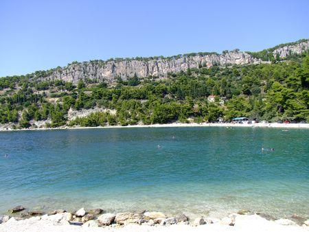 クロアチア、スプリットのビーチ Kasjuni