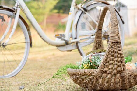 Blumenstrauß in Weidenkörben im Garten mit altem Fahrradhintergrund