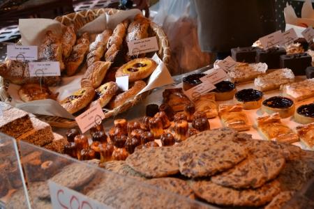 Vers gebak te koop in de markt in Londen