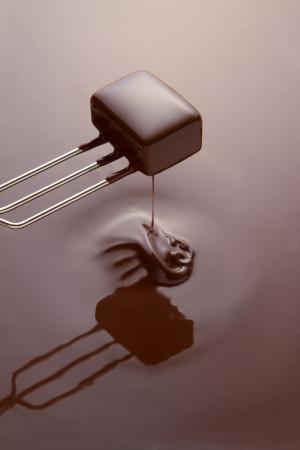 melting: Mojar un chocolate en la cobertura de chocolate fundido