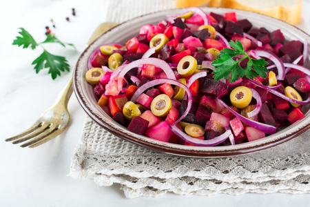 ensaladilla rusa: Vinegret.Traditsionny Russian and Ukrainian vegetable salad with beets, onions, potatoes, cucumbers and parsley. Selective focus. Foto de archivo