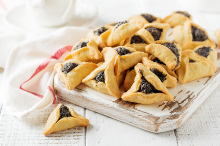 Traditional Jewish Hamantaschen cookies with berry jam. Purim celebration concept. Jewish carnival holiday background. Selective focus. Copy space. Banque d'images