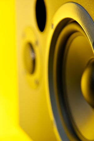 Speaker close up with yellow cast photo
