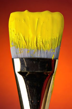 flat brush: Wet yellow paint on brush