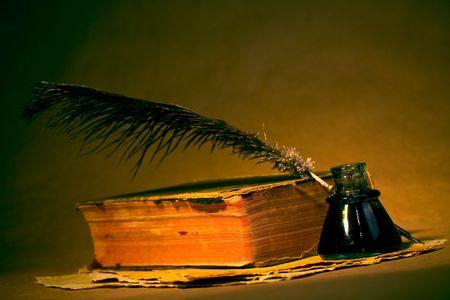 Quill, encrier, livre et le papier avec un regard antique  Banque d'images - 2597957