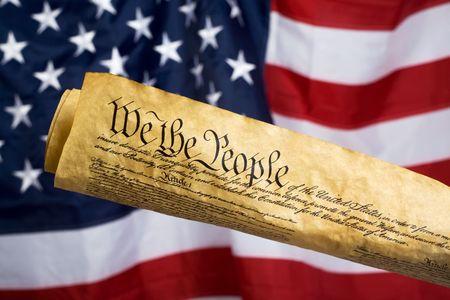 constitucion: Constituci�n de los Estados Unidos con la bandera en el fondo