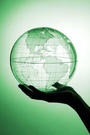 Een hand die doorschijnend wereldbol