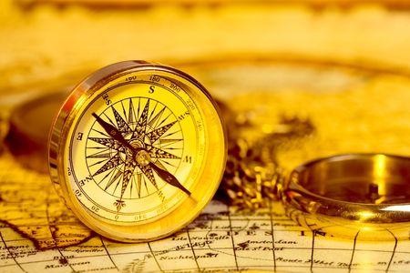 Oude stijl Gouden Kompas op antieke wereld kaart