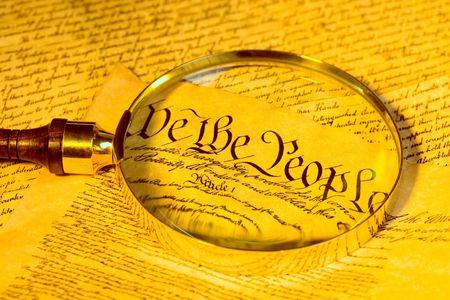 enlarged: Lente di ingrandimento e la Costituzione degli Stati Uniti Archivio Fotografico