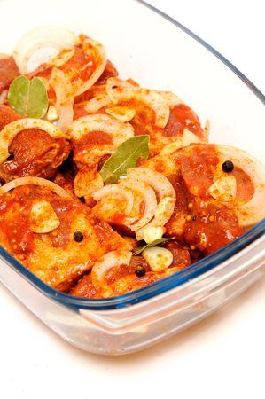 heatproof: Slices of raw meat in the ovenware.