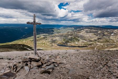 Christian Cross po drodze do szczytu Gaustatoppen, Telemark w Norwegii Zdjęcie Seryjne