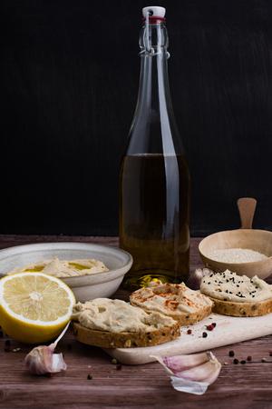 Homemade hummus i sk?adniki w rustykalnym stylu.