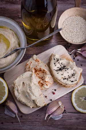 Chleb z hummus, widok z g�ry.