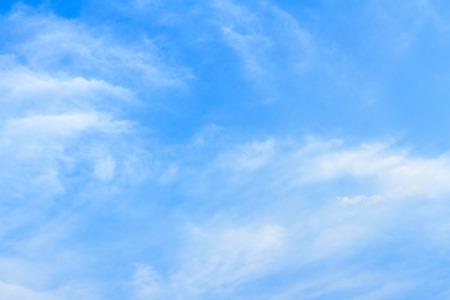 licht blauwe hemel met wolken