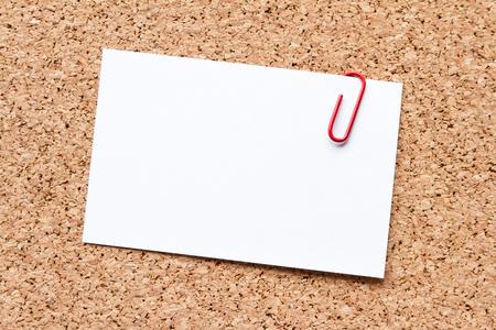 hoja en blanco: papel de la nota a bordo de corcho  Foto de archivo